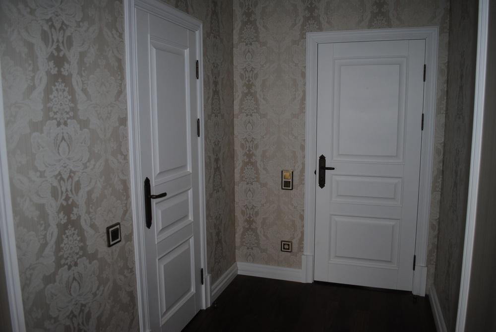 какие двери ставят в белую комнату
